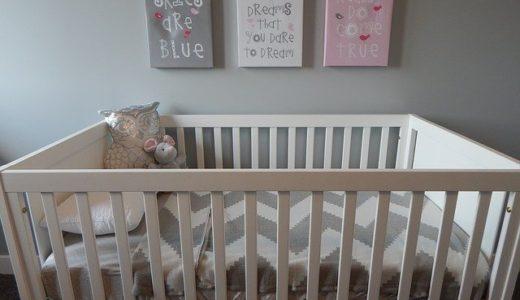 赤ちゃんが寝る場所はどこ?寝返り防止ガード、ベビーベッドも紹介!